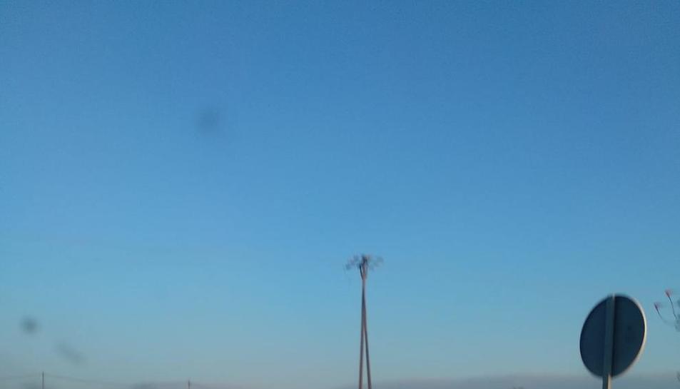 Una persona, caminant ahir per la carretera cap a Llívia.