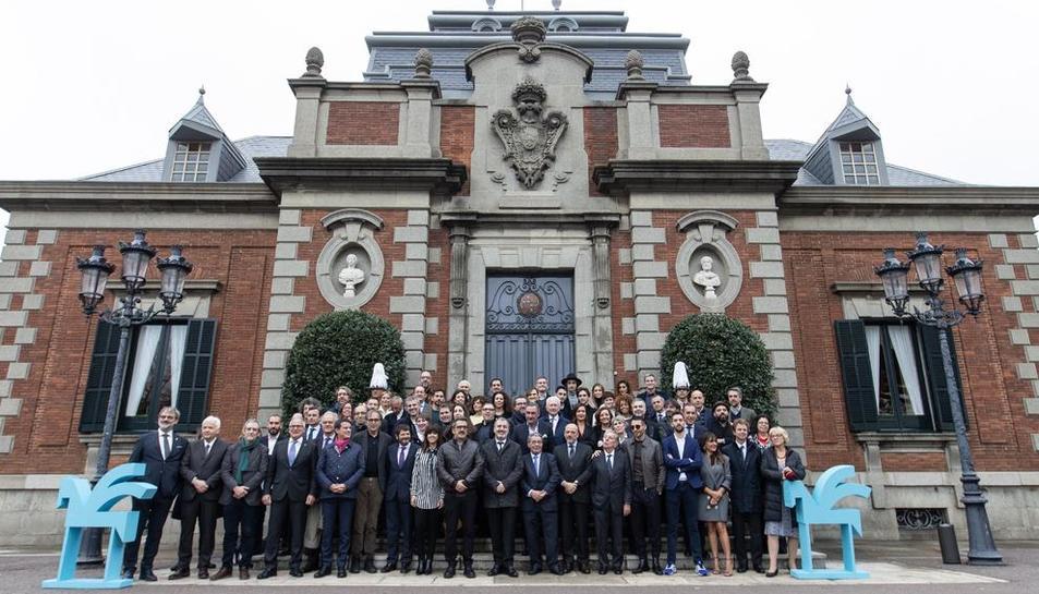 Foto de família amb tots els premiats d'aquesta edició, ahir al matí davant del Palauet Albéniz.