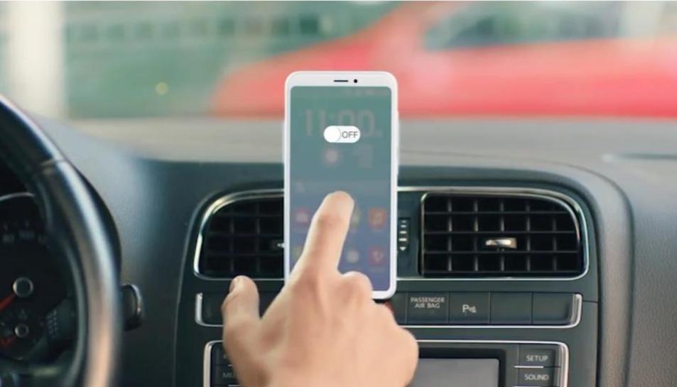 Imatge de la campanya en la qual Trànsit recomana apagar el mòbil quan es condueix.