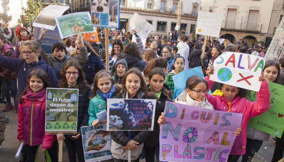 """Lleida  -  Unos 250 alumnos de la escuela Sant Jordi de Lleida se manifestaron en el patio con pancartas con lemas como """"para un mundo mejor"""" y """"queremos un planeta limpio""""."""
