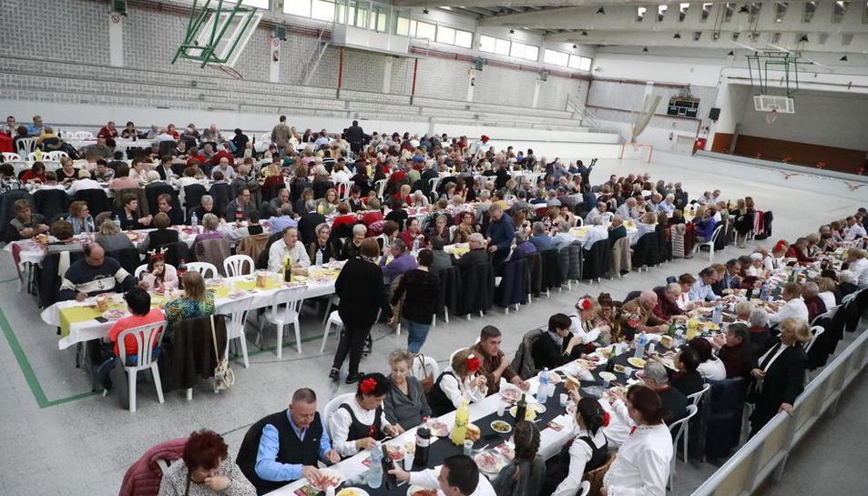 Multitudinaria comida solidaria en La Bordeta