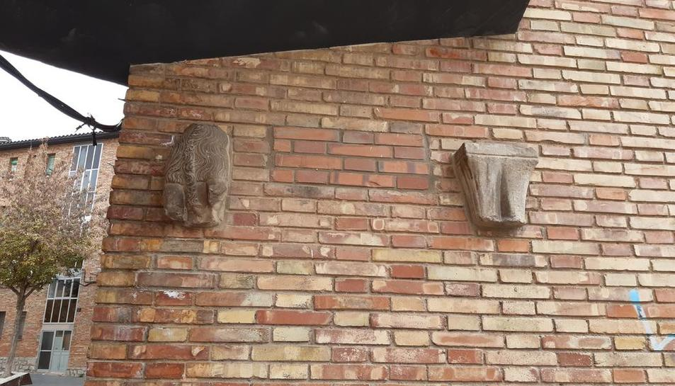 Les dos peces, acoblades a la paret d'un bloc de pisos.