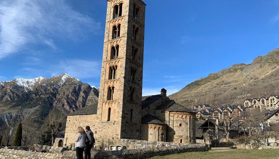 Visitantes junto a la iglesia de Sant Climent de Taüll durante la mañana de ayer.