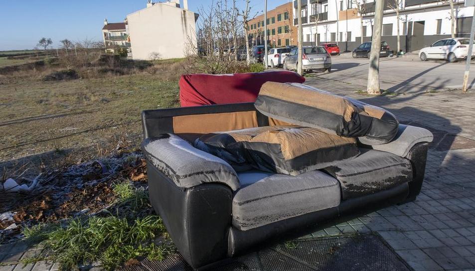 Imatge dels dos sofàs a l'avinguda Lluís Companys de Guissona.