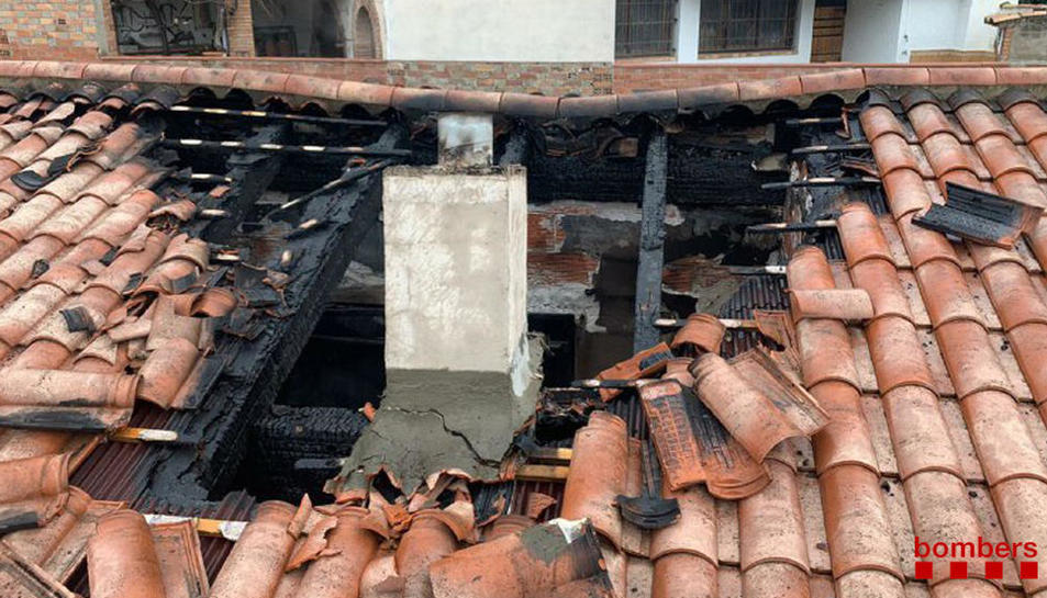 Estat en el qual va quedar la teulada de la casa després de l'incendi.