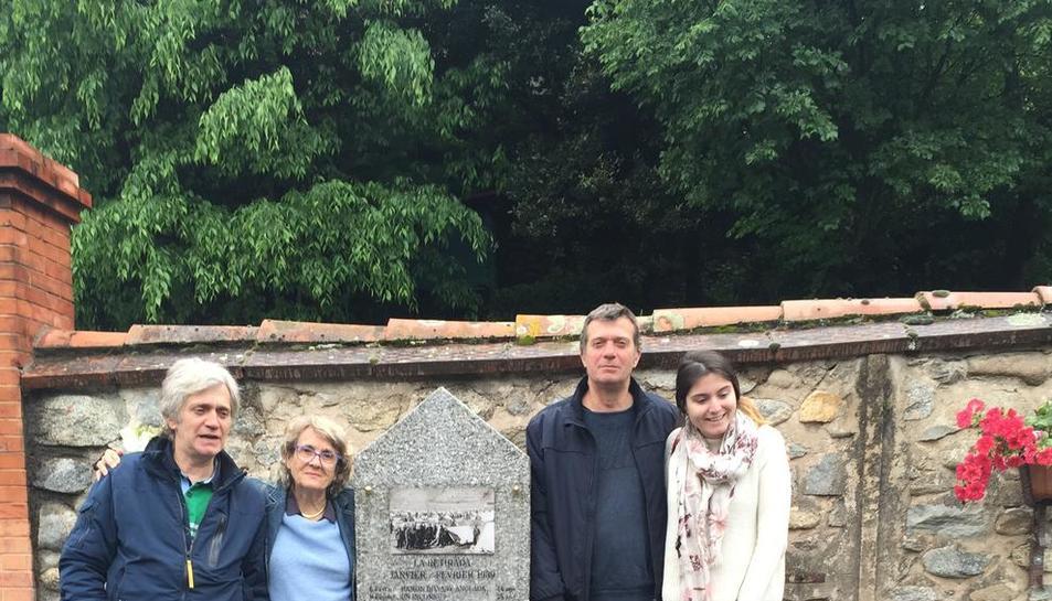 Monolito de recuerdo en Arles-sur-Tech  -  La leridana Àngels Berengueres (2ª por la izquierda), acompañada de primos y de una bisnieta de Miquel Tarré, el año pasado junto a la estela funeraria y el espacio de homenaje levantado en el cemente ...