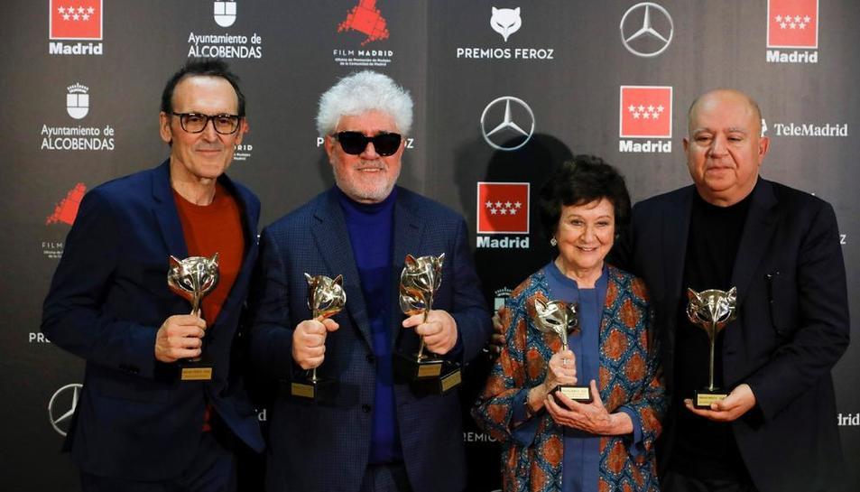 Alberto Iglesias, Pedro Almodóvar, Julieta Serrano y Agustín Almodóvar, con los premios tras la gala.
