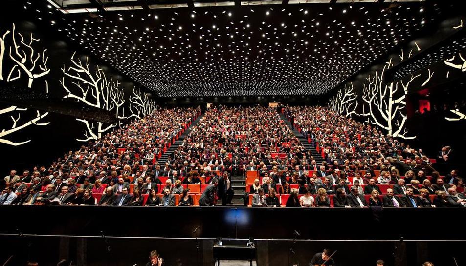 L'estrena - L'òpera Il Trovatore va ser el primer espectacle que va acollir el gran teatre el 21 de gener del 2010. No era una representació operística qualsevol, ja que es tractava d'una coproducció del Gran Teatre del Liceu en què havi ...