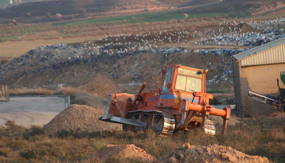 El movimiento de tierras para ampliar el vertedero comenzó en febrero del pasado año.