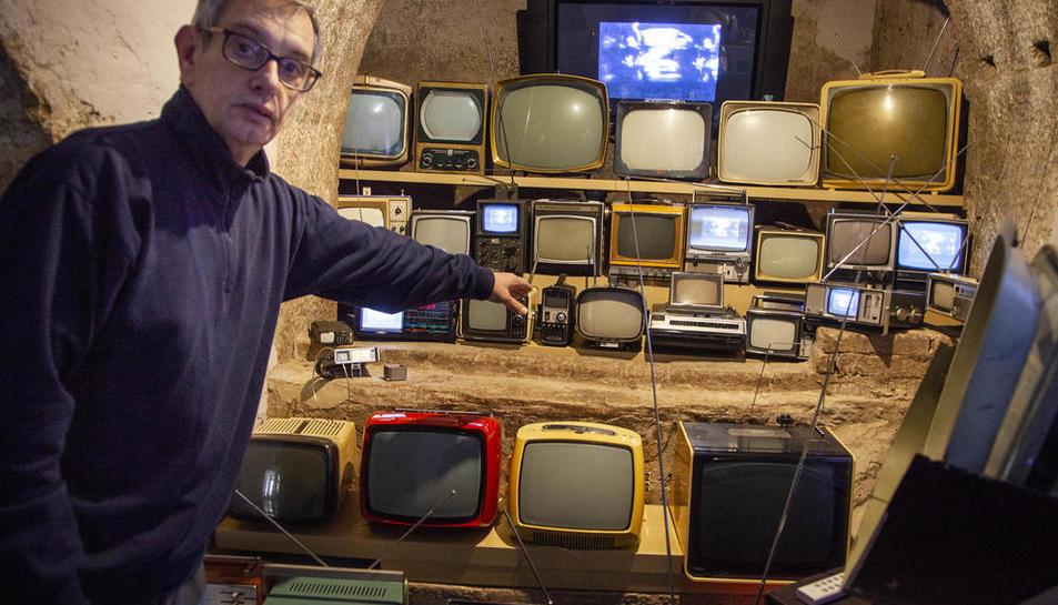 El responsable de la fundació, Manuel de Sanz, amb desenes de televisors amb nansa per poder transportar-los fàcilment.