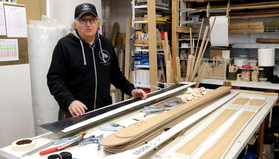 Josep Arisa al taller on construeix esquís de fusta artesanalment.