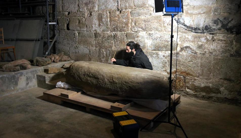 Aleix Barberà durante la restauración de un menhir.