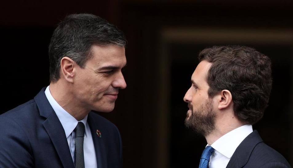 Pedro Sánchez i Pablo Casado, abans d'iniciar la seua primera reunió d'aquesta legislatura.