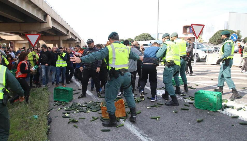 Mobilitzacions a Extremadura i Almeria - Les protestes d'agricultors i ramaders es van reproduir ahir a Extremadura i El Ejido (Almeria), amb talls de carreteres, per reclamar preus justos pels seus productes i defensar el futur del món rural. A ...