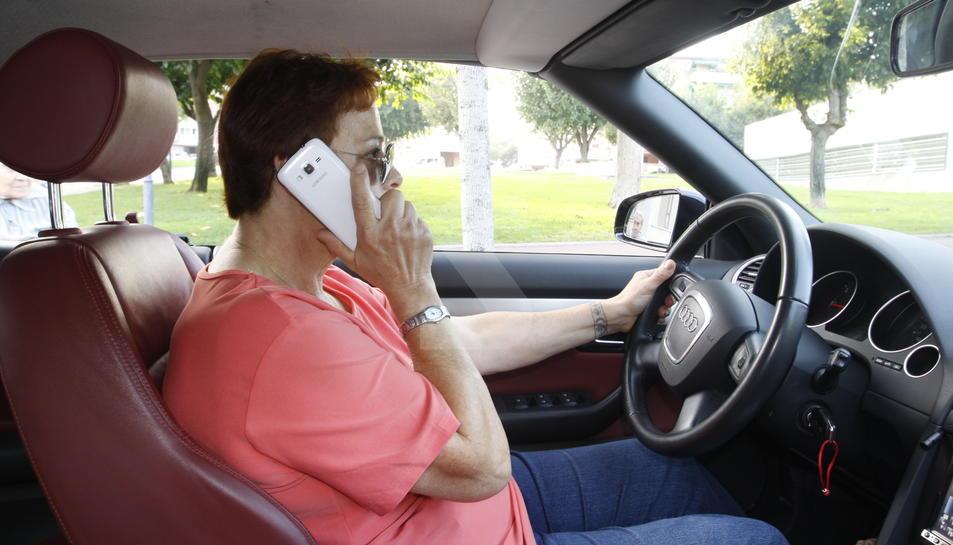 Una usuaria de teléfono móvil.