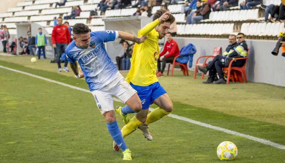 Raúl González lucha por el balón en la banda con un futbolista del Ejea.