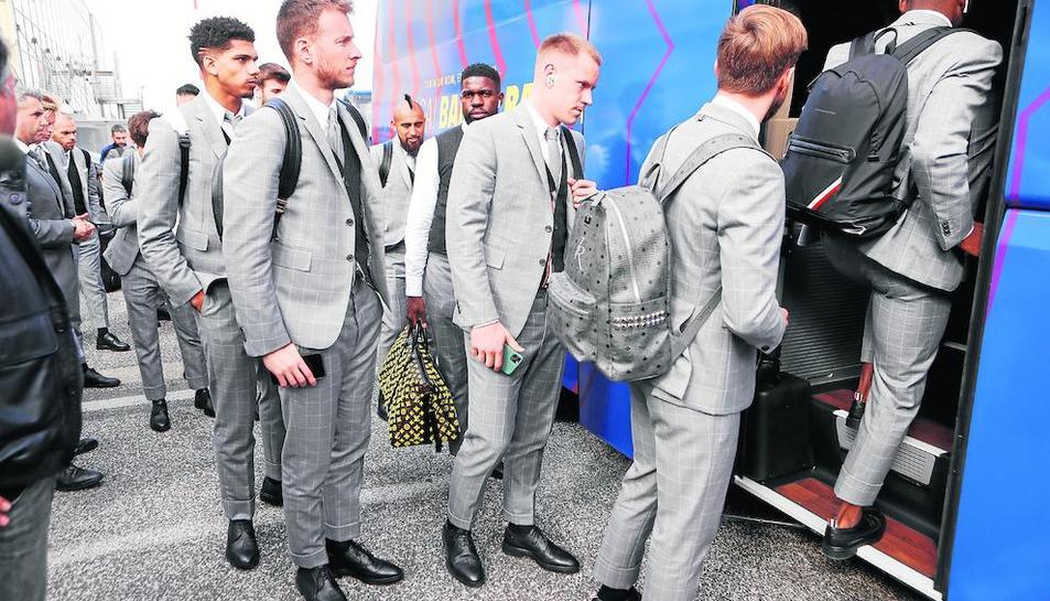 Jugadors del Barcelona pugen a l'autobús ahir, durant el desplaçament a Nàpols.