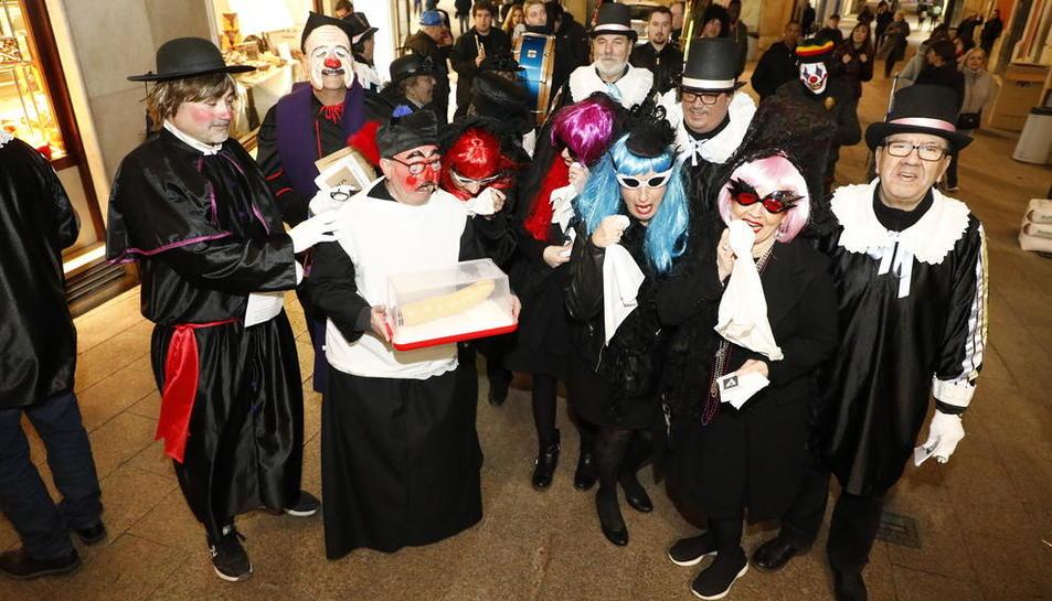 La festa de les restes de Pau Pi va recórrer ahir l'Eix Comercial de Lleida per acomiadar el Carnaval.
