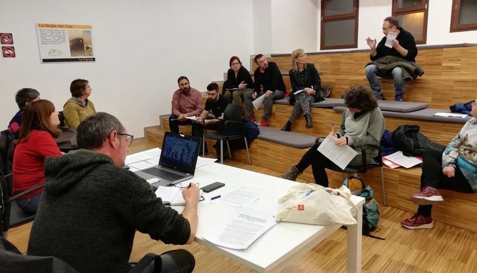 Imatge de la reunió d'ahir de la plataforma en defensa del col·legi Àngel Guimerà de Balaguer.