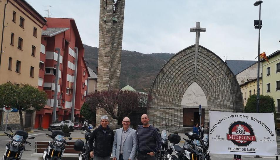 L'alcalde, Josep Antoni Troguet, al centre, amb els dissenyadors del cartell de promoció.