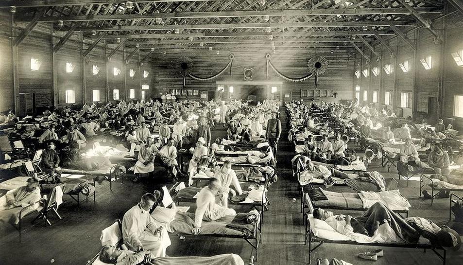 Operaris desinfectant aquesta setmana una estació de tren en plena crisi del coronavirus.