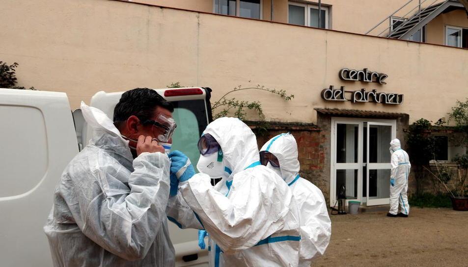 Membres de la Unitat Militar d'Emergència, ahir en un dels centres d'ancians de la Pobla de Segur, on es van dur a terme treballs de desinfecció.