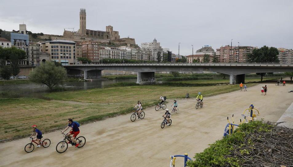 Diversos ciclistes ahir per la canalització del riu Segre.