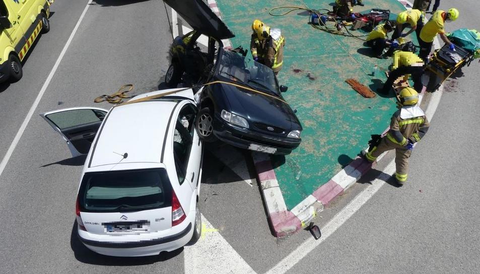 Vista de los dos vehículos que sufrieron ayer una colisión frontal en la carretera C-451 en Olius.