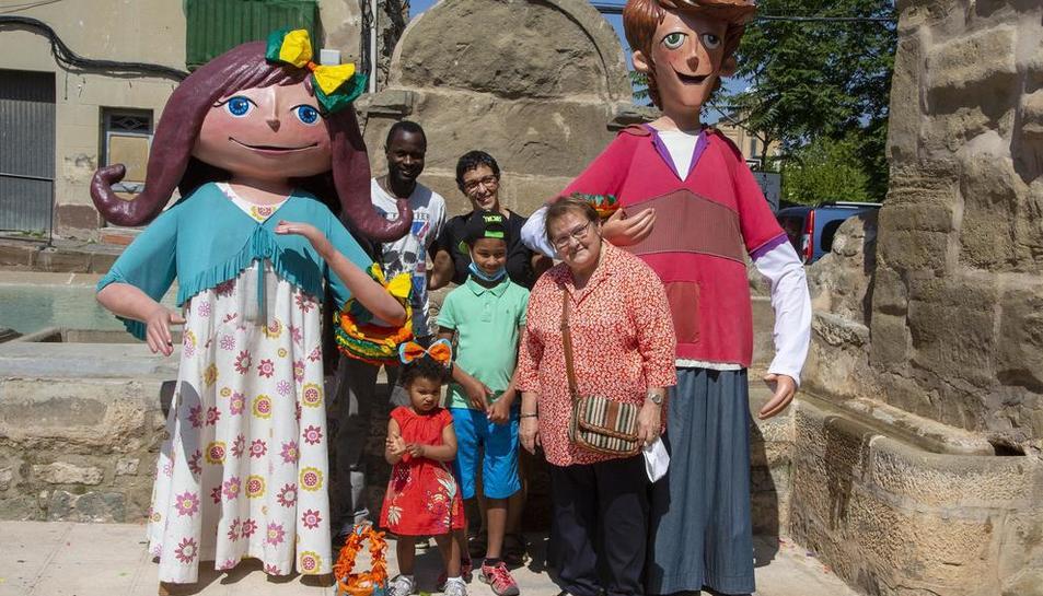 Las familias se fotografiaron con los gigantones infantiles en las Fonts de la Vila.
