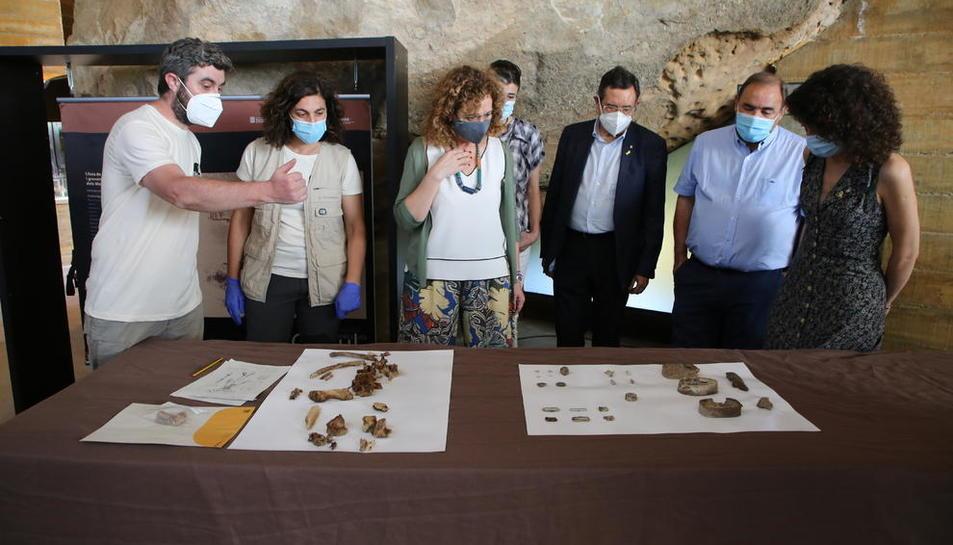 Los arqueólogos han hallado parte del esqueleto de un cuerpo, así como botones, latas de conservas, balas y hebillas.