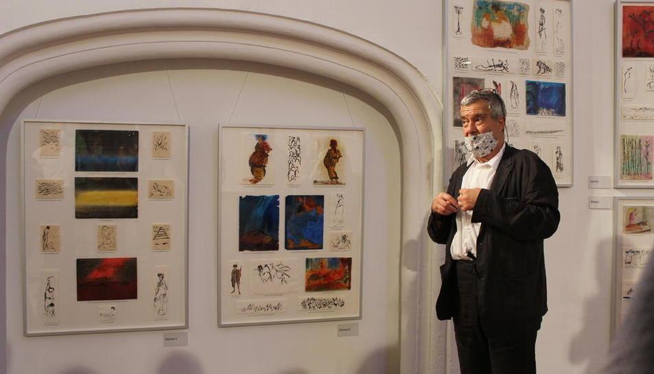 L'artista, ahir a la sala Sant Domènec, al costat de les il·lustracions que va crear el 2012 per a la Bíblia.