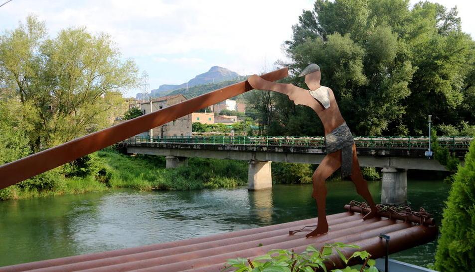L'escultura, de cinc metres de llarg i més de 600 quilos, està col·locada als peus de la Noguera Pallaresa.
