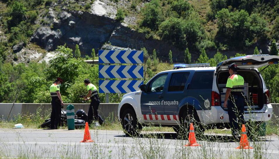 Agents dels Mossos al costat de la moto accidentada ahir a l'N-260 al Pont de Bar.