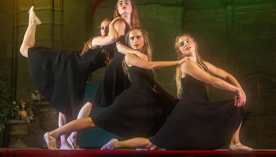 L'estrena de 'Ballem Joan Margarit' va completar l'aforament a la plaça Major amb 250 persones (que havien reservat prèviament).