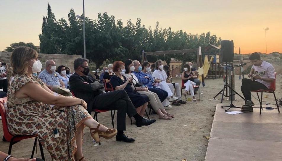 La plaza Enric d'Hostalric acogió un recital de poemas de Barceló a cargo de intérpretes locales.