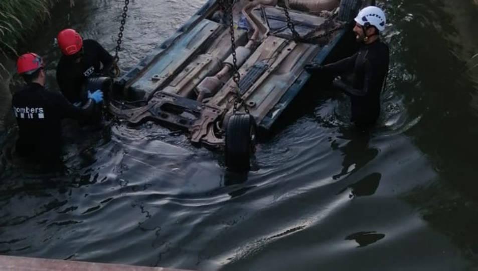Efectivos de la Unidad Subacuática recuperando el vehículo.