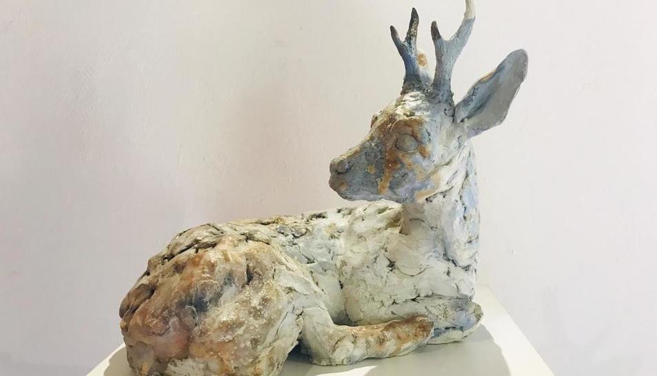Animals de ceràmica i fusta en una exposició a Rialp