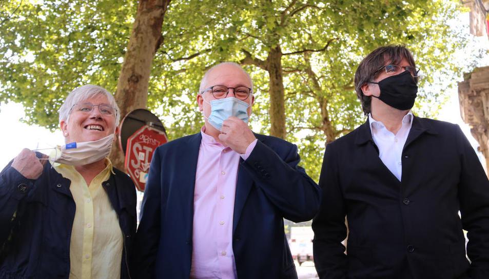 Lluís Puig, junto a Carles Puigdemont y Clara Ponsatí, en junio antes de declarar ante el Tribunal Belga.