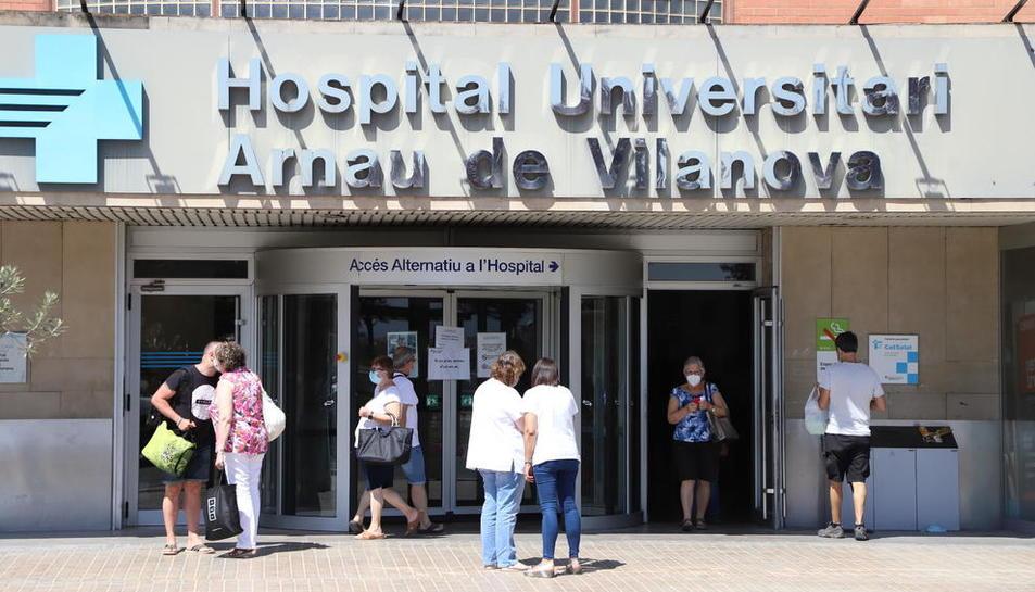 La entrada principal del hospital Arnau de Vilanova de Lleida.