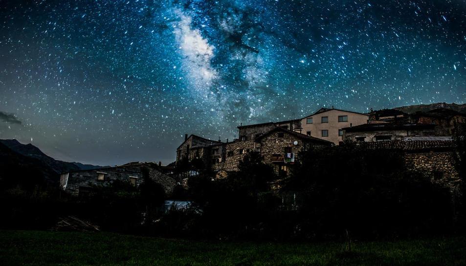 El cielo nocturno de Vilaller, que cuenta con una certificación Starlight por su elevada calidad para la observación de cuerpos celestes.