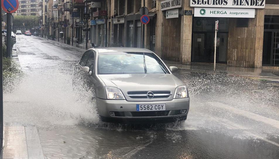 La lluvia hizo acto de presencia al mediodía en algunas zona del llano. En la foto, una calle de Tàrrega.