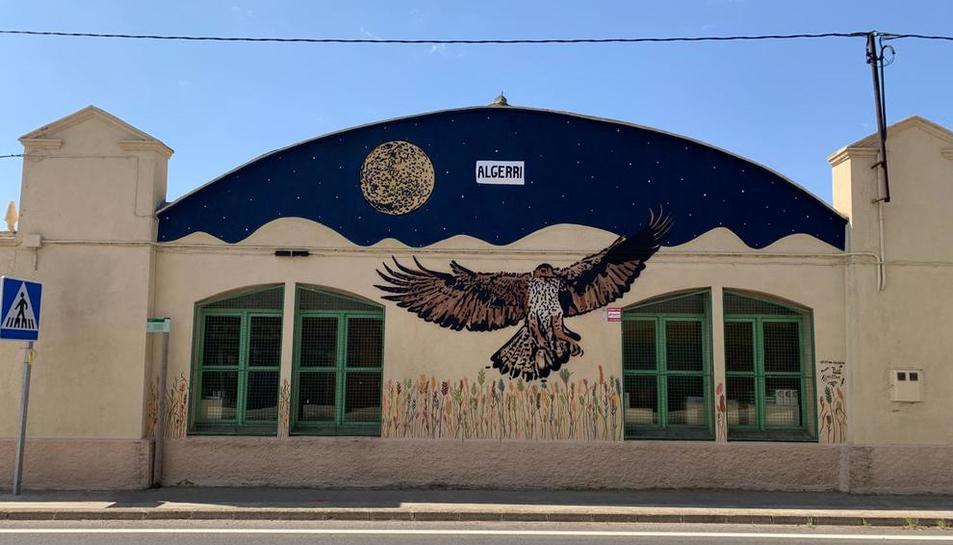 El mural plasma el cielo nocturno de Algerri, un águila perdicera y espigas de cereal.