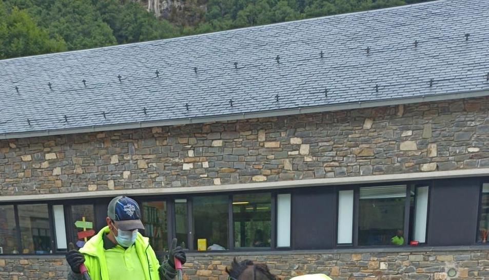 Treballadors de l'ajuntament de la Vall de Boí arreglant el col·legi de cara a l'inici del curs.