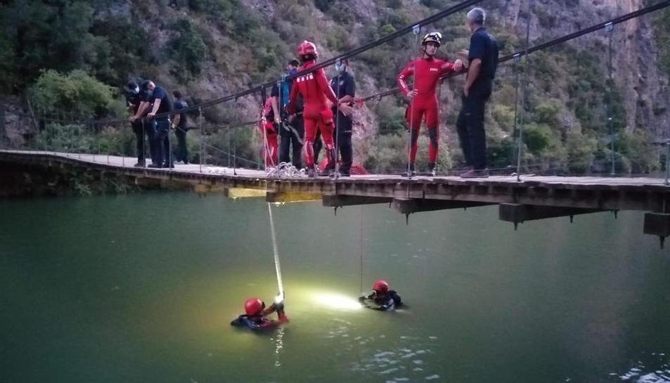 El cuerpo sin vida del joven fue hallado por miembros de la unidad subacuática de los Bomberos.