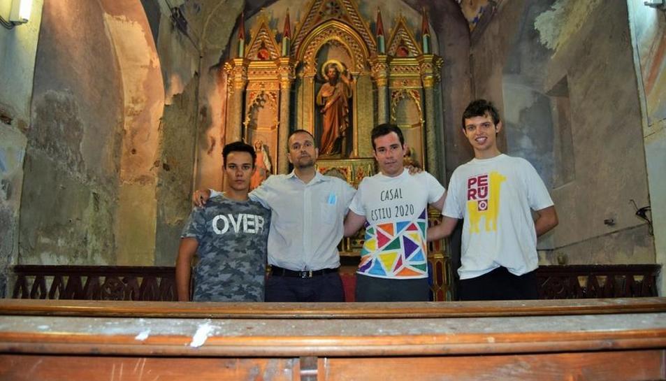 Novell, segon per l'esquerra, va reparar amb alguns dels seminaristes l'església d'Espà.