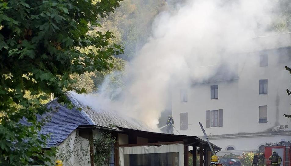 Els Bombers intentant sufocar les flames al restaurant de Les.