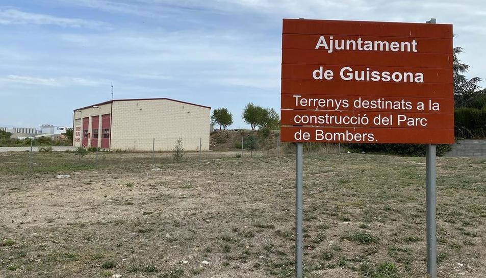 El parque de bomberos voluntarios de Guissona y los terrenos en los que se prevé la ampliación.