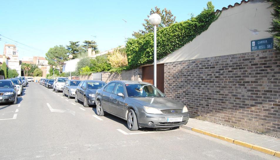 El carrer Àngel Rosell tindrà aparcaments de zona blava.