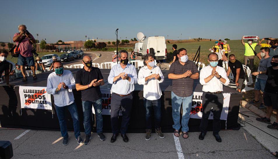 Sis dels presos de l'1-O, el passat 28 de juliol a Sant Joan de Vilatorrada moments abans de tornar a la presó de Lledoners.