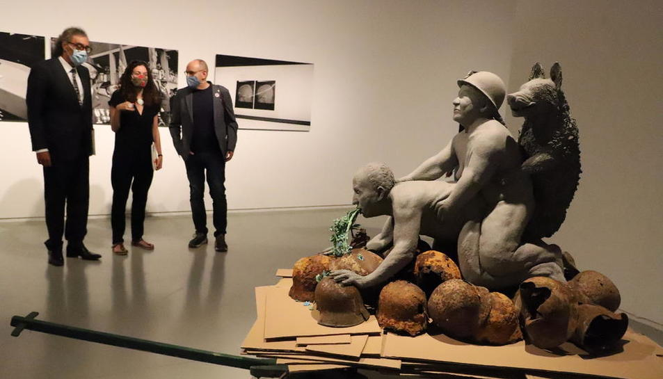 Tatxo Benet, la directora de la Panera y el concejal de Cultura, ante una de las obras 'censuradas'.